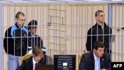 Дмитрий Коновалов (слева) и Владислав Ковалев в зале суда