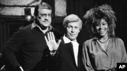 Foto de archivo de Alex Karras, acompañado de Billy Crystal (centro) y Tina Turner, durante la grabación de un programa de Saturday Night Live. Karras, falleció este miércoles a los 77 años de edad.