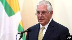 """Menlu Amerika Rex Tillerson, dalam kunjungan ke Myanmar, mengungkapkan keprihatinannya atas """"laporan kekejaman luas"""" di Rakhine, dalam konferensi pers hari Rabu (15/11)."""