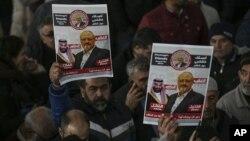 Miembros de la Asociación de Medios de Comunicación Árabe-Turcos y amigos sostienen carteles mientras asisten a las oraciones fúnebres del periodista Jamal Khashoggi, quien fue asesinado en octubre de 2018 en el consulado saudí en Turquía.