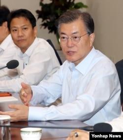 한국의 문재인 대통령이 13일 청와대에서 수석· 보좌관 회의를 주재하고 있다.