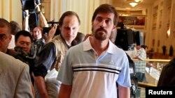 Foto del periodista James Foley (derecha) después de ser liberado por el gobierno sirio en el hotel Rixos en Tripoli.