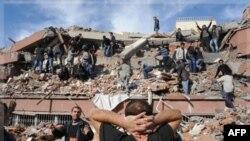Nhân viên cứu hộ cố gắng cứu người mắc kẹt dưới đống đổ nát sau trận động đất ở làng Tabanli gần thành phố Van, Thổ Nhĩ Kỳ, 23/10/2011