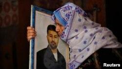 Mẹ của tù nhân Palestine Salah al-Shaer, đã bị giam 20 năm nay, hôn ảnh của con khi nghe tin con bà sẽ được trả tự do, 12/8/13
