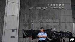 在香港警察總部前站崗的一名警察(2019年6月22日)