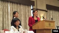 女权无疆界主席瑞吉在《中国妇女儿童权益论坛》上发言 (美国之音方冰拍摄)