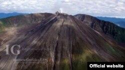 """Imagen de archivo del volcán Reventador, en Ecuador, que según autoridades se encuentra en """"alta actividad eruptiva""""."""
