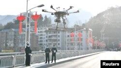 中国湖北省襄阳地区的警察使用无人机传播防控新冠病毒的信息。(2020年2月4日)