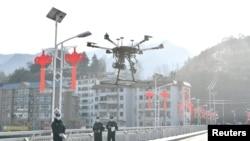 中國湖北省襄陽地區的警察使用無人機傳播防控新冠病毒的信息。(2020年2月4日)