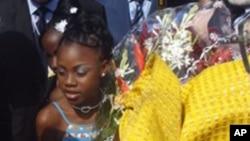 Des jeunes à l'aéroport international de Cotonou