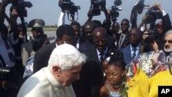 Des jeunes accueillent le Pape Benoît XVI, le 18 novembre 2011, à l'aéroport international de Cotonou