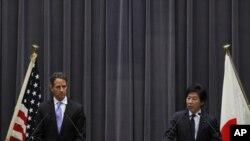 وهزیری دارایی ژاپـۆن جوون ئازوومی لهگهڵ وهزیری خهزێنهی ئهمهریکایی تێمثی گایثنهر له کۆنگرهیهکی ڕۆژنامهوانی له تۆکیۆ، پـێـنجشهممه 12 ی یهکی 2012