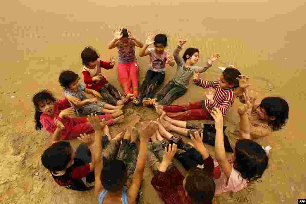 Mali Palestinci u igri na pijesku na jednoj od plaža na obali Gaze.