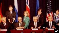 Slobodan Milošević, Alija Izetbegović, Franjo Tuđman i Warren Christopher u zrakoplovnoj bazi Wright-Patterson 21. rujna 1995. godine