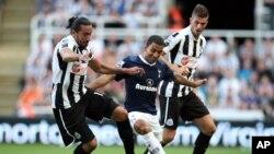 Pemain Tottenham Hotspurs (tengah) dikepung pemain Newcastle United. (Foto: Dok)