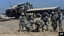 Tentara AS membantu rekan mereka yang terluka akibat ledakan bom di provinsi Kandahar, Afghanistan (foto: dok). Dua ribu lebih tentara AS tewas sejak perang di Afghanistan.