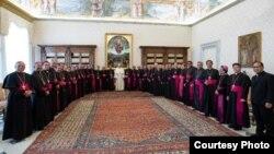 Tiga puluh enam uskup di wilayah Gereja Katholik se-Indonesia hari Selasa (11/6) bertemu Paus Fransiskus di Vatikan (courtesy: Mgr. Ignatius Suharya Pr.).
