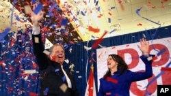 Doug Jones e a sua mulher Louise festejam a vitória, Dez 12, 2017, em Birmingham, Alabama.