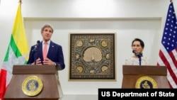 美國國務卿克里 (左) 與緬甸外交部長昂山素姬 (右) 在會面後舉行聯合記者會