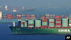 미국 캘리포니아주 롱비치 항에 중국 화물선이 입항하고 있다.