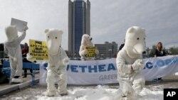 Para aktivis Greenpeace mengenakan pakaian beruang Kutub melakukan protes di luar markas perusahaan Gazprom di Moskow (foto: dok).