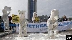 Aktivis Greenpeace mengenakan kostum beruang raksasa kutub melakukan unjuk rasa di depan kantor pusat Gazprom, di Moskow menentang pengeboran minyak di Kutub Utara (5/9).