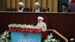 이란의 강경파 성직자인 아야톨라 아흐마드 잔나티가 24일(현지시간) 수도 테헤란에서 진행된 '국가지도자운영회의'에서 발언하고 있다. 이란 대통령궁이 공식 웹사이트를 통해 공개한 사진.