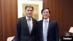 미 국무부의 톰 말리노프스키 민주주의.인권.노동 담당 차관보(왼쪽)가 지난 2일 자신의 트위터에 탈북자 출신 김성민 '자유북한방송' 대표와 함께 찍은 사진을 게재했다.