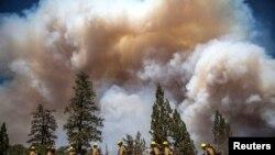Asap terlihat di Groveland, California, dekat Taman Nasional Yosemite (22/8).