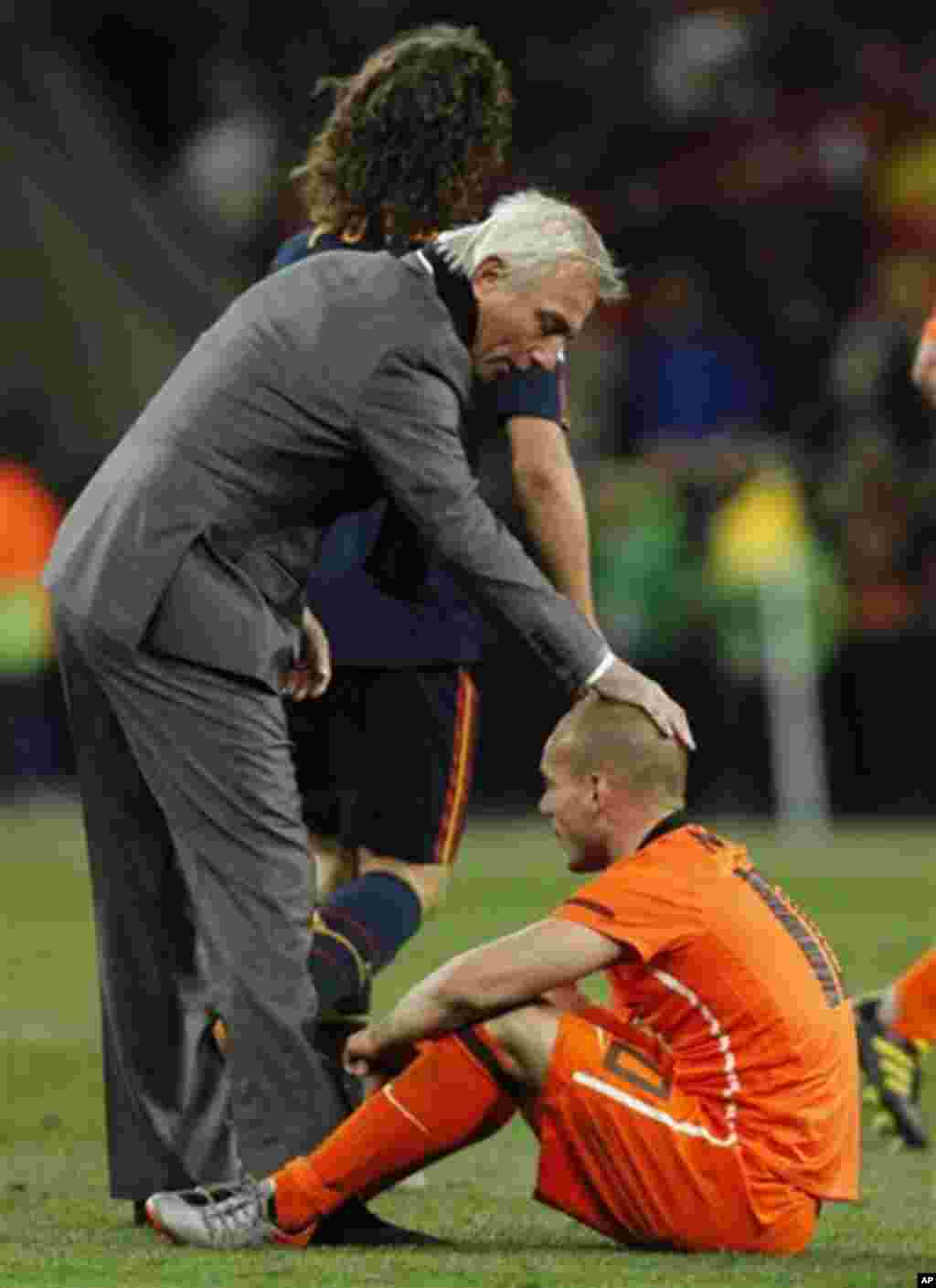 Netherlands head coach Bert van Marwijk, left, comforts Netherlands' Wesley Sneijder, right, following the World Cup final soccer match between the Netherlands and Spain at Soccer City in Johannesburg, South Africa, Sunday, July 11, 2010. (AP Photo/Berna