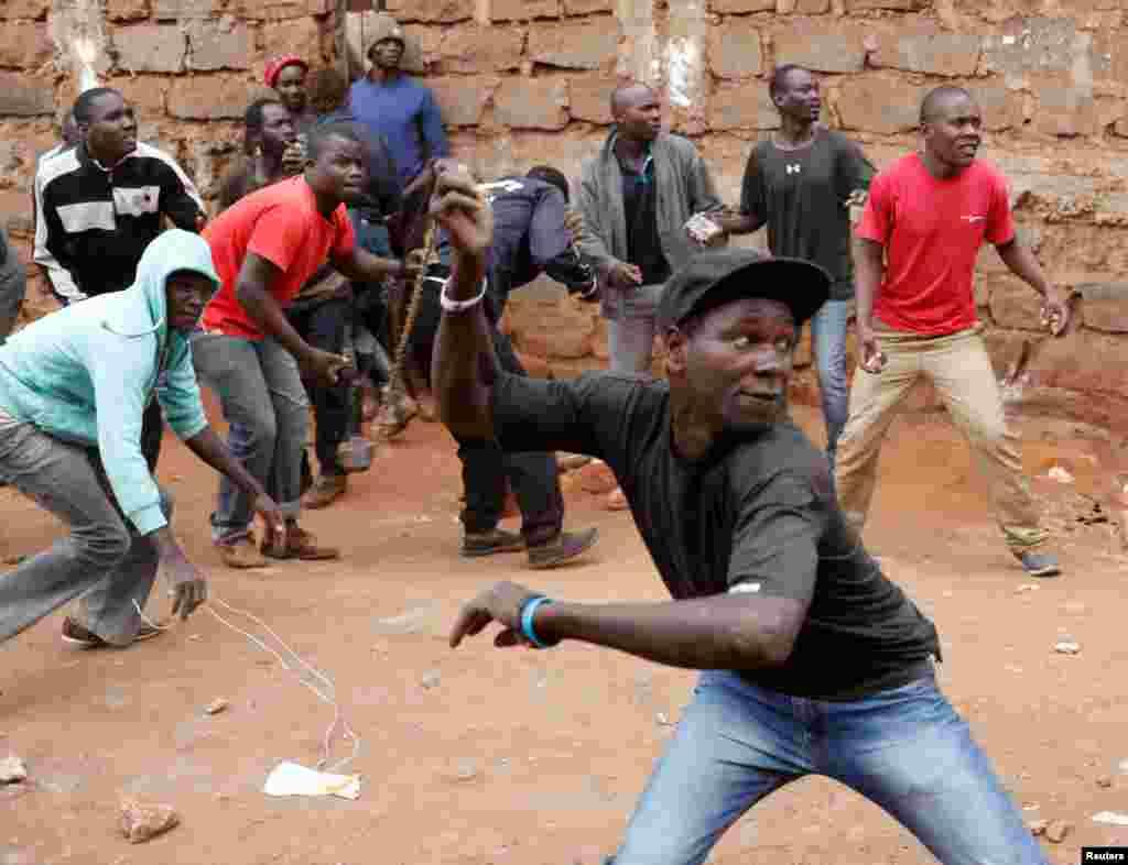 Des manifestants lancent des pierres contre les forces de l'ordre à Kibera, Nairobi, Kenya, 12 août 2017.
