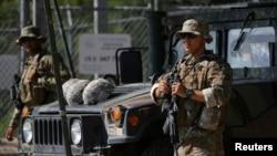 1일 미국 텍사스주 리오그란데를 따라 위치한 전초 기지에서 주 방위군이 멕시코-미국 국경을 경비하고 있다.