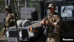 지난 4월 미국 텍사스주 리오그란데강을 따라 위치한 초소에서 주방위군이 국경을 지키고 있다.