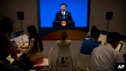 资料照:中国记者在媒体中心听中国领导人习近平在北京的国家会议中心讲话。(2017年5月15日)