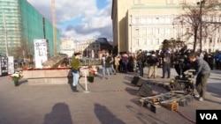 每年十月末俄罗斯各地举行悼念斯大林政治迫害遇难者活动。其中的一个活动在莫斯科前苏联秘密警察克格勃大楼前的广场上举行。人们在受害者纪念碑旁宣读遇难者的姓名。在2013年的活动中,许多人在排队等待。(美国之音白桦拍摄)