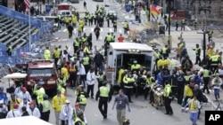 15일 구급대원들이 폭탄 테러로 부상 당한 보스톤 마라톤 대회 참가자들을 이송하고 있다.