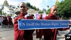 Para biksu Buddhis di Myanmar dalam demonstrasi menentang kunjungan delegasi Organisasi Kerjasama Islamis di Yangon. (Foto: Dok)