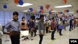 印度学生在美国驻新德里大使馆排队申请赴美留学签证。 (2014年6月19日)