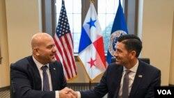 El Secretario interino de DHS, Chad F. Wolf (derecha), y el Ministro de Seguridad Pública de Panamás tras firmar el acuerdo entre ambos países (Foto: Departamento de Seguridad Nacional).