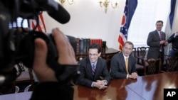 目前美国众议院少数党党鞭康托尔(左)与可能成为下届众议院议长的贝纳议员