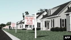 Nhiều căn nhà với biển đề bán trong tình hình giá nhà đất ở Mỹ sụt giảm