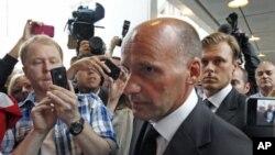 ທ່ານ Geir Lippestad, ທະນາຍຄວາມຂອງນາຍ Anders Behring Breivik, ຜູ້ຕ້ອງຫາສັງຫານໝູ່ປະຊາຊົນ ເດີນທາງໄປຮອດສານ ໃນກຸງ Oslo, Norway, ວັນທີ 25 ກໍລະກົດ 2011.