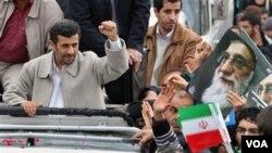 Presiden Mahmoud Ahmadinejad menyalami para warga yang merayakan HUT ke-32 Revolusi Islam Iran di Teheran, Jumat (11/2).