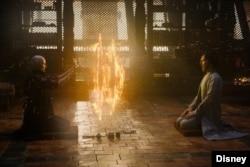 صحنهای از فیلم «داکتر استرنج» با شرکت بندیکت کامبربچ و تیلدا سوئینتون