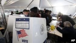 Избиратели Нью-Йорка голосуют на президентских выборах. 6 ноября 2012 г.