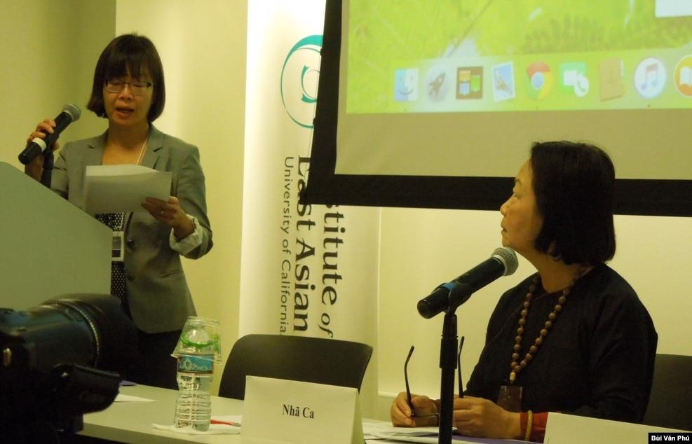 Nhà văn Nhã Ca, bên phải, và Giáo sư Van Nguyen-Marshall (ảnh Bùi Văn Phú)