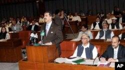 اٹھارویں ترمیم کے منظور ہونے کے بعد وزیراعظم گیلانی سینٹ میں خطاب کررہے ہیں