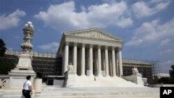 Rakyat AS menantikan keputusan Mahkamah Agung di Washington DC terkait UU Jaminan Kesehatan Obama (Obamacare) (Foto: dok).