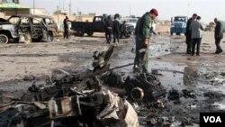 Pasukan keamanan Irak memeriksa lokasi serangan bom di Ramadi (foto: dok). Departemen Kehakiman AS menuntut 5 orang yang menyelundupkan peralatan untuk membuat bom dari AS ke Irak.