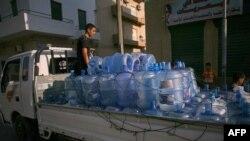 Nước được chở đi bán trong thủ đô Tripoli. Một người dân tố giác ông Gadhafi đã cho lực lượng phá hoại các máy bơm nước